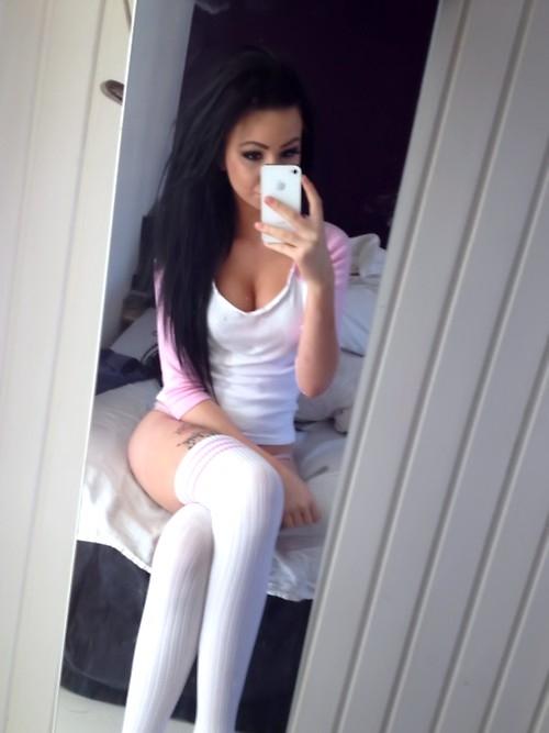 Damn Sexy Brunette Sexting iPhone Self Pic; Amateur Babe Brunette Teen SFW